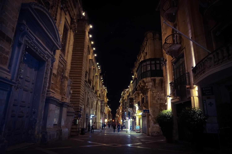 Haupteinkaufsstraße bei Nacht