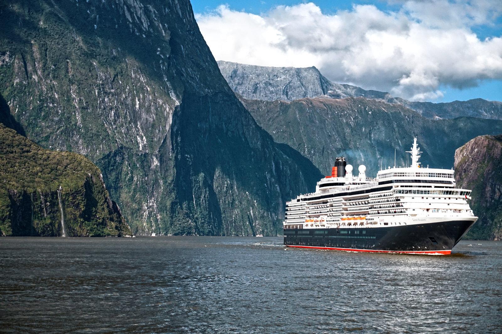 Kreuzfahrtschiff im Milford Sound
