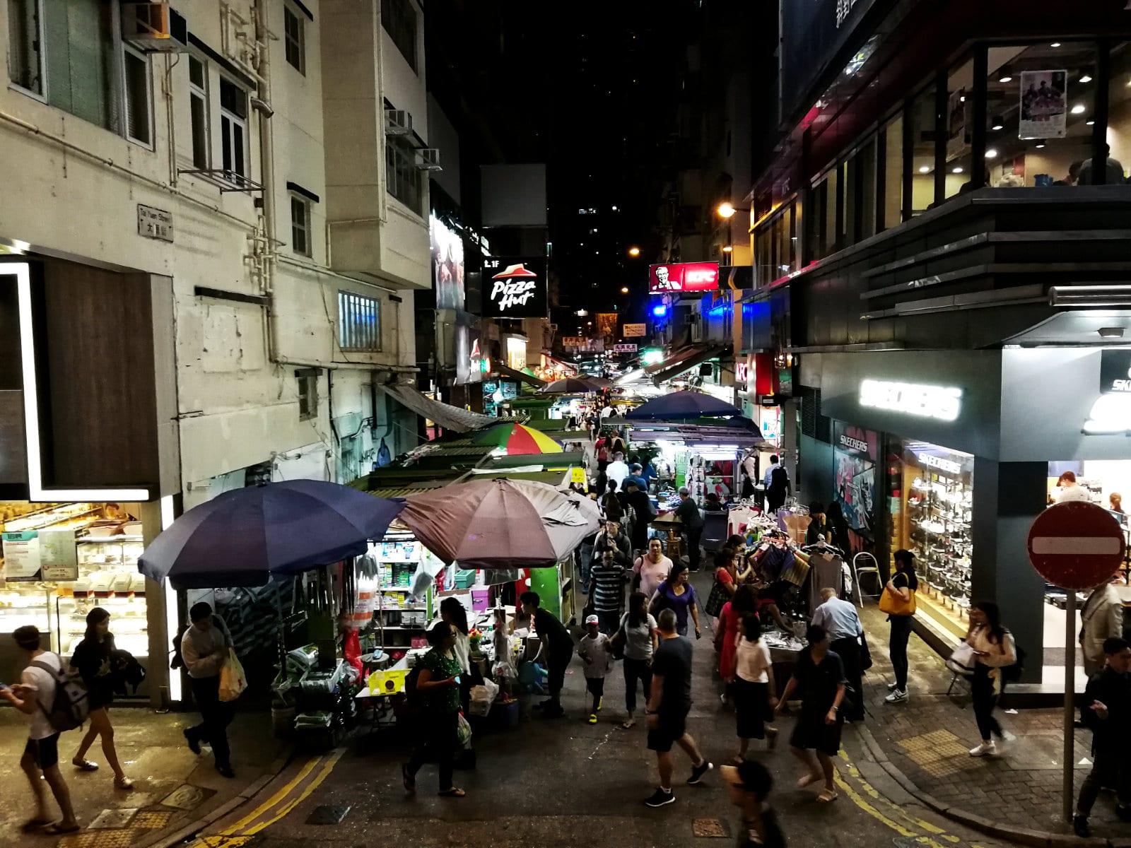 Nächtlicher Straßenmarkt in Hongkong